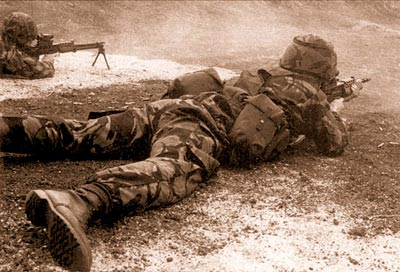 Огневая группа в действии во время первого публичного показа SA80 под патрон НАТО 5,56x45 мм