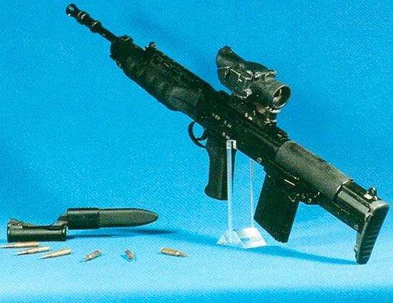 Первый вариант индивидуального оружия с 20-патронным магазином, штыком в ножнах и патронами калибра 4,85 мм