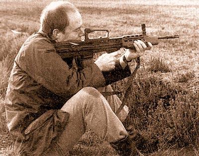 Конструкция открытого прицела SA80, используемого на индивидуальном оружии, не предназначенном для пехотных частей, считается одной из причин снижения в войсках уровня результатов стрельбы. Главный недостаток «буллпапов» – короткая прицельная линия. Но 4-кратный оптический прицел (подобный SUSAT) не подходит для многих, если не для всех условий боевого применения