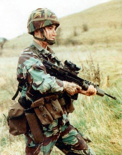 Если «Штейр AUG» и пользуется таким успехом на международном уровне, то отнюдь не из-за компоновки «буллпап», которая по сути дела поставила SA80 в безвыходное положение. SA80, в отличие от образцов предшествующих поколений, не прошла обкатку в войсках. И не удивительно, что ни официальные лица министерства обороны, ни занимавшиеся расследованием парламентарии не поняли эту проблему