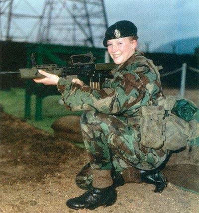 Капрал Саманта Уэнсбру-Джоунс стала первой женщиной-курсантом, которая стреляла из тренировочного варианта SA80 после того, как было объявлено о контракте на сумму в 6,4 млн долларов на поставку этого третьего компонента системы SA80