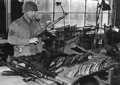 Американский сержант рассматривает 7,92-мм автоматические карабины Вальтер Мкb.42 (W). Апрель 1945 года