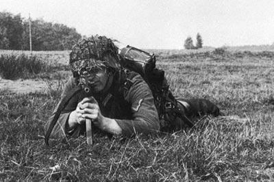 Испытания снайперского автомата МР.43 с 4-кратным оптическим прицелом ZF.4 на полигоне пехотного училища в г. Доберитц в октябре 1943 года. Из положения лежа автоматчик вынужден высоко держать голову из-за значительной высоты магазина