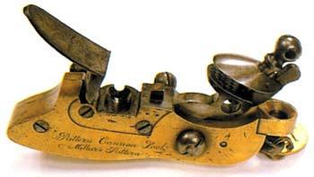 ...На смену фитильным замкам пришли искровые. Сначала это были колесцовые, а затем более совершенные ударные кремневые замки. Пороховой заряд воспламенялся искрами, возникающими в момент удара кремня о стальную пластину. Появление замков такой конструкции позволило создать первые пистолеты. Долгое время кремневые замки считались верхом технического совершенства, при этом оружие оставалось дульнозарядным. Но время шло и технический прогресс не стоял на месте...