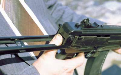 Защёлка, фиксирующая приклад в боевом положении, расположена за пистолетной рукояткой в задней части ложи