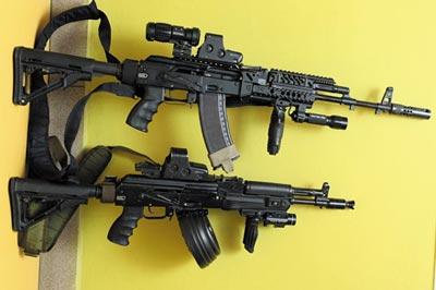 5,45-мм АК-74 М 7,62-мм АК-104, оснащенные коллиматорными прицелами Eeotech551 и фонарями SUREFIRE. На АК-74 М перед коллиматорным прицелом установлена 3,25-кратная увеличительная насадка фирмы Eeotech. Штатные приклады и пистолетные рукоятки заменены на более удобные фирмы MAGPUL MOSSOUD. АК-104 представлен с барабаном емкостью 75 патронов и передней складывающейся рукояткой.