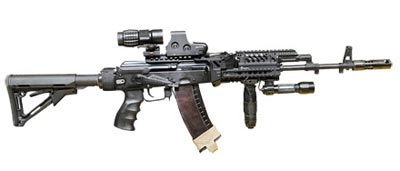 5,45-мм автомат АК-74М оснащен коллиматорным прицелом Eeotech551, 3,25-кратная увеличительная насадка фирмы Eeotech — фонарем SUREFIRE. Штатный приклад и пистолетная рукоятка заменены на более удобные фирмы MAGPUL MOSSOUD. Для удобства управления оружием добавлена передняя съемная рукоятка.
