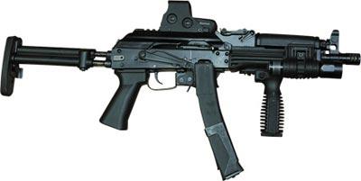 9×19 мм пистолет-пулемет «Витязь-СН». Оснащен коллиматорным прицелом Eeotech551, передней съемной рукояткой, фонарем SUREFIRE, штатный приклад и пистолетная рукоятка заменены на более удобные. Два 30-зарядных магазина скреплены специальной клипсой.