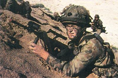 Австралийские солдаты, вооруженные штурмовыми винтовками AUG F 88А2, участвуют в боевых действиях во время операции «Буря в пустыне». 1991 год