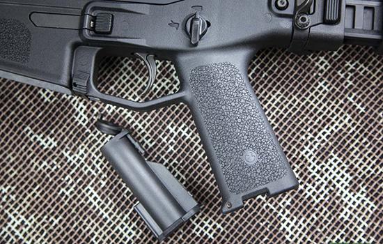 Несъемная пистолетная рукоятка снабжена отсеком с герметичным контейнером для запасных батареек