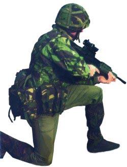 Английский солдат, вооруженный 5,56-мм автоматической штурмовой винтовкой L85A1, на учениях