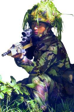 Английский солдат, вооруженный 5,56-мм автоматической штурмовой винтовкой L85A1