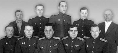 Служащие полигона, где испытывали АК: в верхнем ряду четвертый слева Б.Л. Канель, сидят И.И. Кныш (третий слева), К.А. Барышев (первый справа)