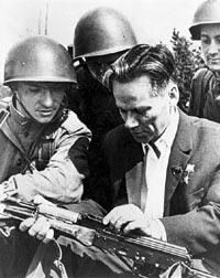 М.Т. Калашников объясняет воинам Советской армии устройство своего автомата
