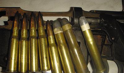Патроны с бездымным порохом к 3-линейной винтовке образца 1891 г. (слева) сменили на службе патроны к 4,2-линейной образца 1868 г. (справа) с черным порохом.