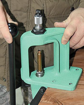Прибор для обжатия пуль вдульце гильз патронов кнарезному оружию