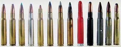 Консервированная смерть: 13 патронов «Маузер» калибра 7.92х57 с различными пулями. Слева направо: обычная, экспансивная, трассирующая, экспансивная, уменьшенной мощности, бронебойная, со стальным сердечником, трассирующая со стальным сердечником, учебный патрон, полуоболочечная, учебный патрон, обычный патрон старого образца, полуоболочечная