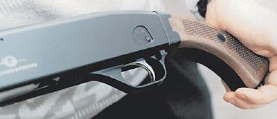 Для обеспечения большей безопасности оружия ударник «Бекаса» подпружинен. Такое устройство исключает случайный инерционный накол капсюля любого патрона. Особенно важно учитывать эту «мелочь» при использовании импортных патронов, капсюль которых существенно мягче отечественного