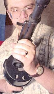 Перезаряжание ружья (проворот барабана) осуществляется за счёт мускульной энергии стрелка при повороте передней рукоятки вправо до упора