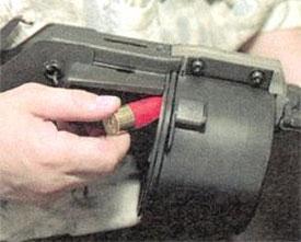 Снаряжение ружья «Протекта» После проворота барабана следующий патрон вкладывается в очередной патронник