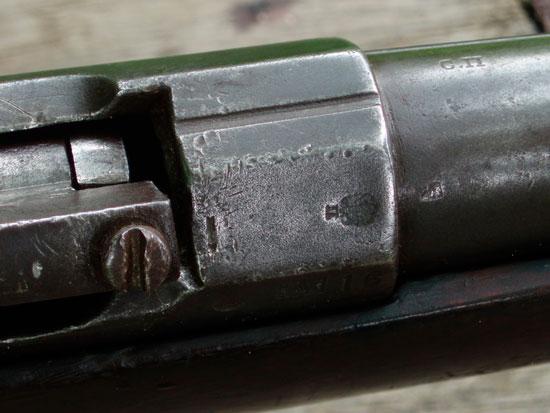 казенная часть ствольной коробки ружья. Хорошо видна прорезь-прицел, клеймо ИСОЗа и приёмки ружья