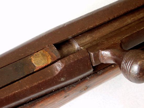 Напаянный на передний торец курка косочек металла не позволяет провернуться рукоятке затвора вверх, в момент выстрела - после спуска курка