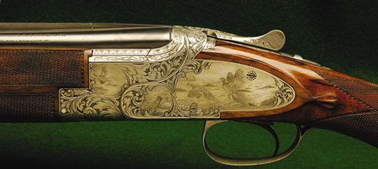 В25 — НАЧАЛО ПУТИ. Первые ружья этой легендарной марки были собраны в далеком 1927 г. Но только в 1931 г. был начат их массовый выпуск. Это было оружие 12-го калибра с эжекторами, со стволами длиной 28, 30 и 32 дюйма, со сплошной прицельной планкой и ударно-спусковым механизмом (УСМ) с двумя спусками. Смерть Браунинга не позволила доработать до конца новое ружье, оставался несовершенным именно УСМ. Лишь в 1938 г. его сын Вел сумел разрешить эту проблему, он разработал инерционный УСМ с одним спуском, который пошел в серию с 1939 г.