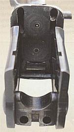 Шарнир колодки представляет собой призму, внутрь которой запрессована ось вращения стволов