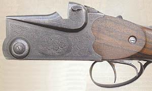 Сферические выступающие приливы оси шарнира, а также фигурные вырезы в верхней части колодки под выступы ствольной муфты придают оружию характерные очертания, позволяющие мгновенно выделить МЦ8 среди других ружей