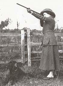 Не все негативно относились к стрельбе по живым мишеням. Женщины не отставали от мужчин и нередко стреляли не хуже них, но призы разных уровней, разыгрывались лишь среди представителей сильного пола