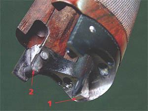 Цевье: 1 - толкатель взводителя курков, 2 - толкатель взводителя эжектора