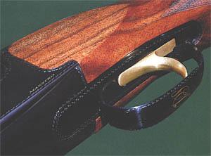 Широкий спусковой крючок «позолочен» нитридом титана. На шейке ложи очень тонкая ручная насечка с шагом 0,8 мм. На спусковой скобе выполнена монограмма владельца
