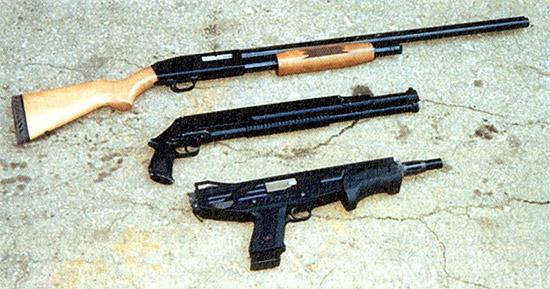 Помещенные рядом охотничий Mossberg и боевые образцы РМБ-93 и MAG-7 иллюстрируют разницу между охотничьими и боевыми ружьями