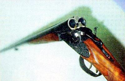 Внешнее  расположение курков позволяет оперативно взводить или спускать их и  легко контролировать состояние оружия (на взводе или нет)