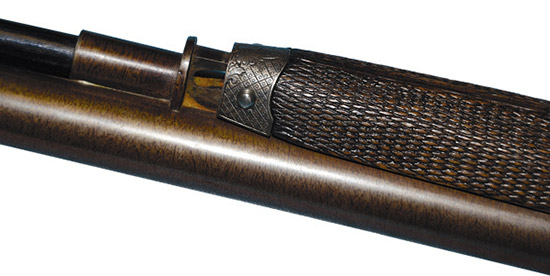 Петля сзади шомпольной трубки позволяет стволам сходить  скамор-цилиндров ифактически исполняет роль шарнира, накотором  вращаются стволы.