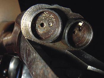 Каморы-цилиндры, накоторые  надеваются стволы. Поцентру их «дна» расположено отверстие, сквозь  которое проходит игла, воспламеняющая заряд.