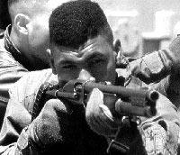 Морской пехотинец США с дробовиком Remington 870 Мк.1