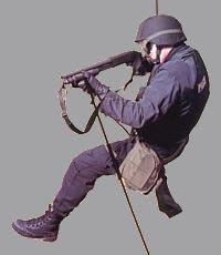 Боец подразделения SWAT с укороченным полицейсим дробовиком Mossberg 500