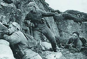 Советская разведгруппа в тылу противника. Разведчики вооружены ручными гранатами Ф-1. Заполярье. 1941 г.