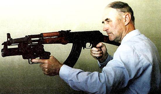 Давайте представим, безотносительно к  тому, кто с кем воюет, что граната подствольника не осколочная, а  осколочно-кумулятивная, способная пробить бронеплиту толщиной 50 мм.  Тогда в бою можно стрелять гранатой по стене, за которой группируется  противник. Стенку в полкирпича или в кирпич кумулятивная граната  пробьет. Этого в здании не сделаешь из реактивных РПГ-7, «Мухи» и тому  подобных из-за опасной зоны от реактивной струи гранатомета. А из  подствольника - можно