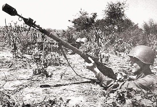 Боец РККА с винтовкой, снаряженной винтовочной противотанковой гранатой ВПГС-41