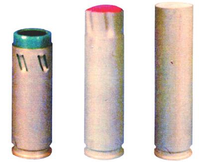 33-мм выстрелы кмногоцелевому гранатометному  комплексу специального назначения РГС-33сгранатами(слева— направо):  слезоточиво-раздражающего действия ГС-33, светозвукового действия  ГСЗ-33, сэластичным поражающим элементом ЭГ-33