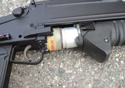 Подача выстрела вствол вгранатомете ГМ-94осуществляется перемещением цевья состволом вперед-назад