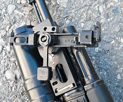 Прицельное приспособление подствольного гранатомета ГП-25, установленное для стрельбы прямой наводкой (навесной траекторией)