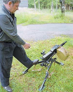 Для заряжания гранатомета необходимо отвести затвор за рукоятку до отказа и отпустить её