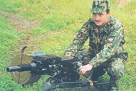 При стрельбе гранатомёт удерживается двумя руками за рукоятки. Управление огнём осуществляется нажатием на гашетку с тыльной стороны короба