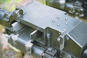 На гранатомётах первых выпусков отсутствовали механические прицельные приспособления. В таком виде, с прицелом, (слева) АГС-17 выпускается с конца 70-х годов