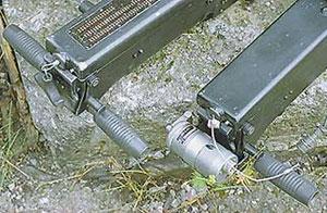 Управление огнём авиационного гранатомёта, используемого, в основном, на вертолётах, осуществляется с помощью электроспуска (справа)