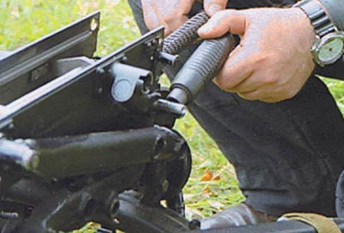 При сборке гранатомёта для закрывания затыльника короба одна из рукояток поворачивается на 90°