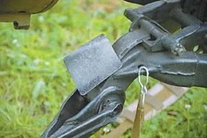 Отражатель стреляных гильз на станке препятствует застреванию гильз между коробом и станком при низких углах возвышения ствола